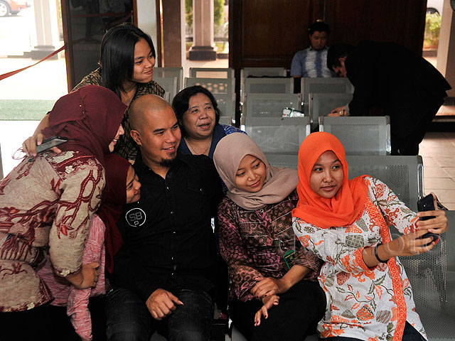 Sambangi PN Jaksel, Ahmad Dhani Diserbu untuk Selfie