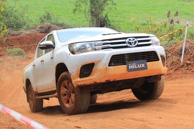 Toyota Hilux di Medan Offroad