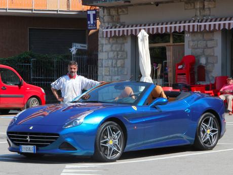 Bangganya Orang Italia dengan Ferrari