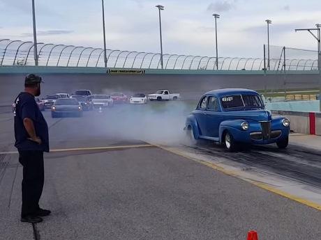 Wow, Kakek 82 Tahun Ini Drag Race Pakai Mobil yang Dia Oprek 50 Tahun Lalu