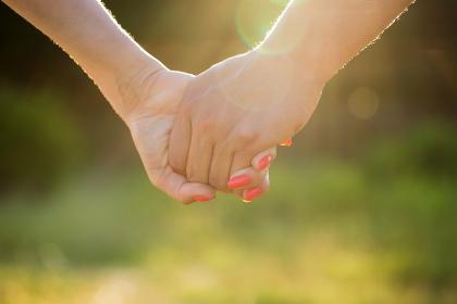 Ini Manfaat Bergandengan Tangan dengan Pasangan
