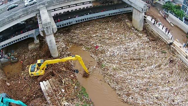 Sampah kiriman dari kawasan Depok dan Bogor menumpuk membuat arus air tersendat. Masihkah kita tidak punya malu menyalahkan pihak lain? -Gambar: Pool-Ibnu Setiadi-detikTV