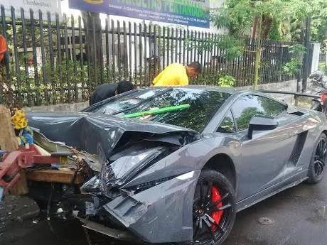 Lamborghini Tabrak Warung STMJ di Surabaya