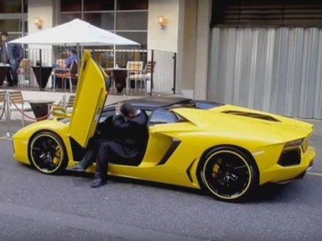 Petugas Valet Berpostur Tinggi Ini Kesulitan Masuk Lamborghini