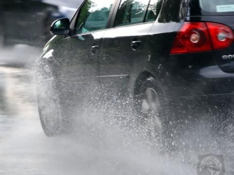 Terjebak Hydroplaning Saat Hujan? Lakukan Cara Ini