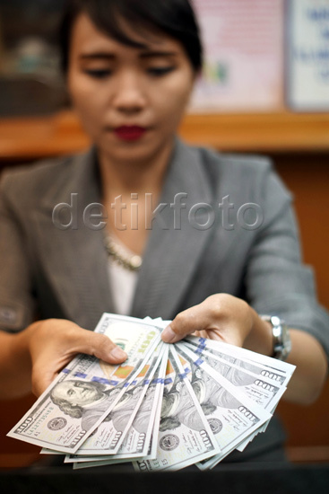 Dolar AS Dekati Rp 14.000