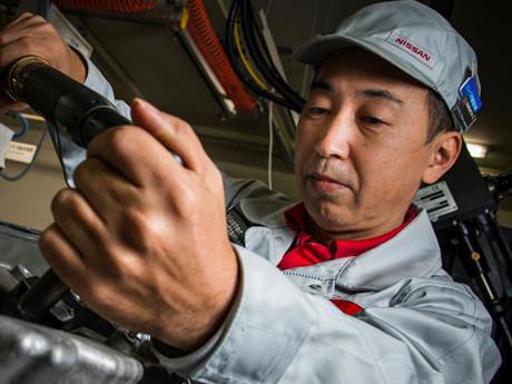 Selama 10 Tahun, Nissan Produksi Mesin GT-R dengan Cara yang Sama, Pakai Tangan Manusia
