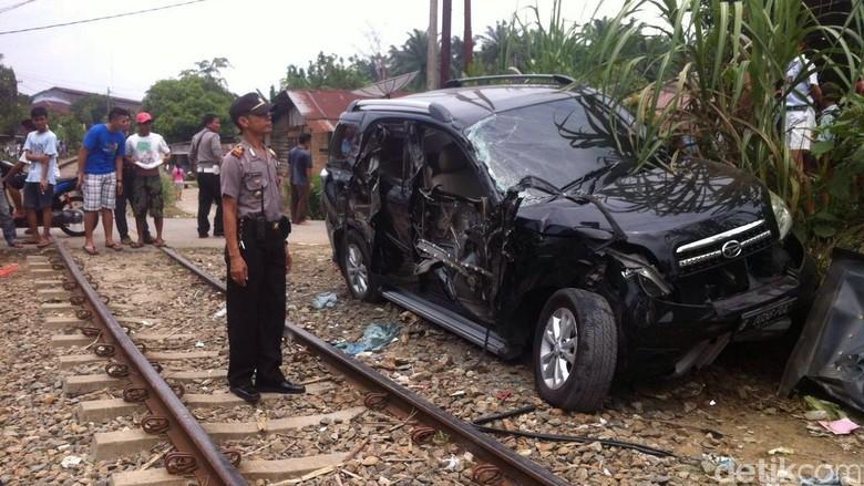 Sopir Setel Musik Terlalu Keras, Mobil Dihantam Kereta di Sumut