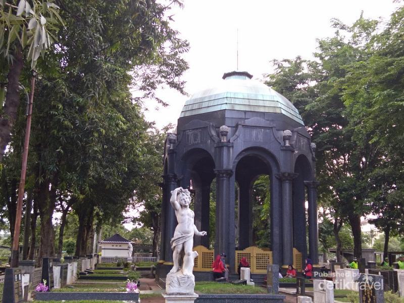 Permalink to Berwisata Sejarah di Mausoleum, Berani?