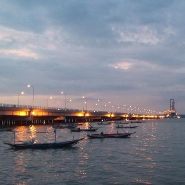 Tepian Jembatan Suramadu