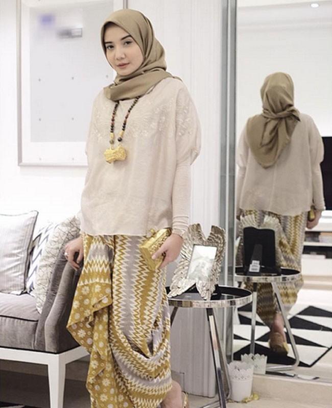 25 Padu Padan Tampil Stylish Dengan Kain Indonesia