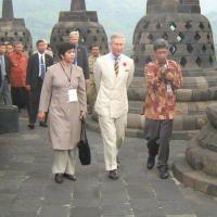Pangeran Charles Sesalkan Keindahan Borobudur Dirusak Banyaknya Tower BTS