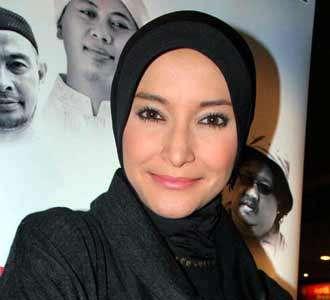 Inneke Anggun dengan Jilbab Hitam