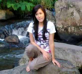Cathy Sharon di Pinggir Sungai