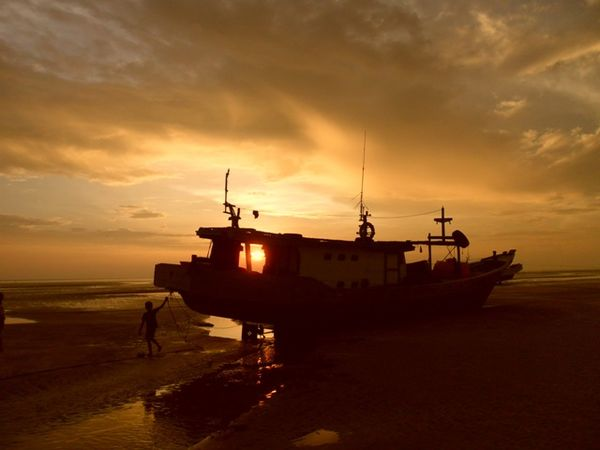 Radarmerauke Com Portal Berita Merauke Wisata Merauke Eksotisme Sunset Pertama Nusantara Di Pantai Lampu Satu