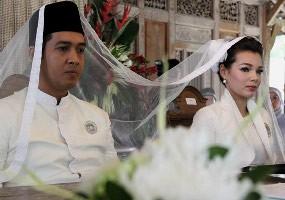 Perjalanan Kisah Cinta Dewi Sandra & Agus Rahman