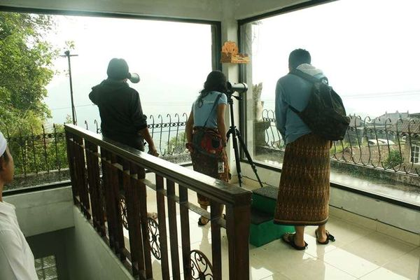 Mengamati aktivitas Gunung Batur (Vanya Safitri/ACI)