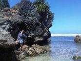 Main-main di Pasir Putih dan Batu Karang Pantai Sundak