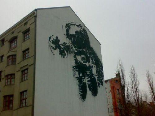 karya Banksy di Berlin (sumber: sommer.blog.de)