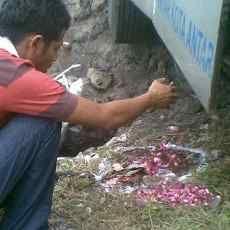 Hindari Arwah Gentayangan, Warga Tabur Bunga di Kecelakaan Bus Mira