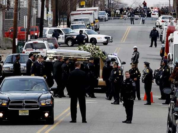 Isak Tangis Iringi Pemakaman Whitney