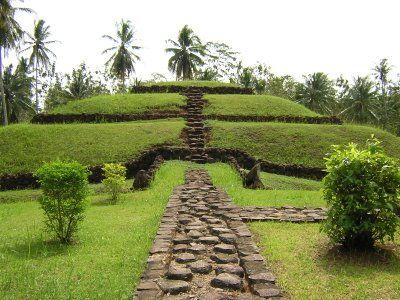 Piramida berundak di Pugung Raharjo terbuat dari gundukan tanah yang