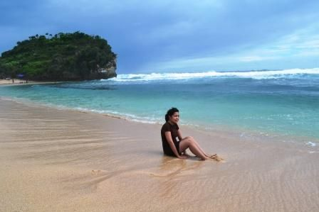laut uang biru berpadu dengan pasir yang putih memancarkan kekuasaan Sang Pencipta