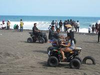 Brum! Menggeber ATV di Pantai Depok, Bantul