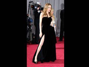 Angelina Jolie Tampil Menawan di Oscar 2012