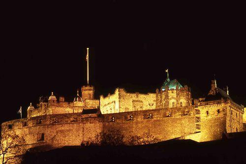 Kastil Edinburg saat malam hari (edinburghseasons.com)