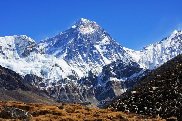 Everest Base Camp, Nepal (sumber: satoriadventuresexpeditions.com)