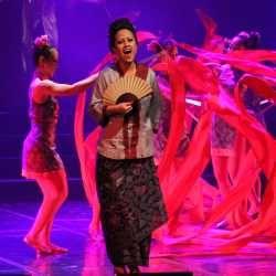 \Kabaret Oriental\: Anak Emas Menyatukan Keluarga Juragan Batik