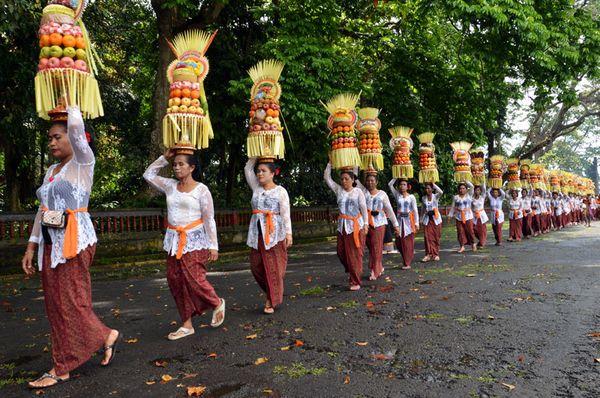 Ibu-ibu peserta Mapeed yang berbaris panjang membawa Gebongan, sesajen khas Bali yang terdiri atas rangkaian buah dan sesajen.