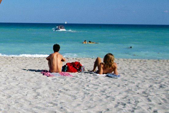 Gila, Di 3 Pantai Ini Turis Bebas Telanjang
