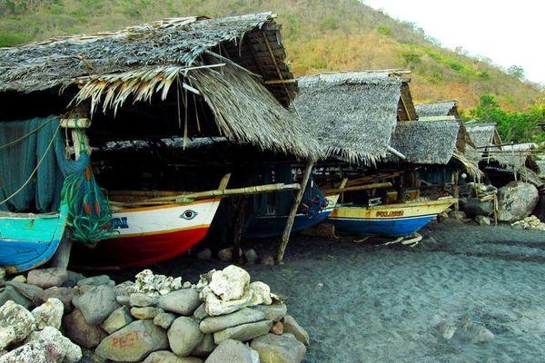 Garasi tempat parkir kapal-kapal pemburu paus  (dok. Giffarin Rindiwandana/ACI)