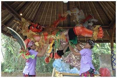 Pembuatan ogoh-ogoh (www.baliclassiccenter.com)