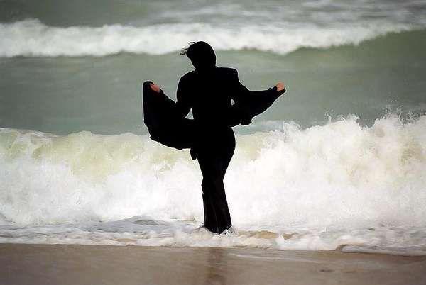 Wanita Iran menikmati pantai