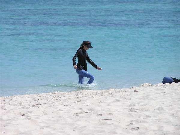 wanita bisa berenang dengan hijab di pantai lain