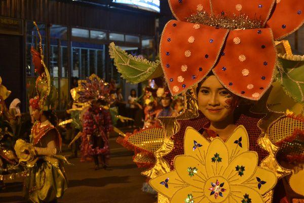 Para bunga-bunga cantik yang memeriahkan Semarang Night Carnival 2012 (Angling Adhitya Purbaya/detikNews)