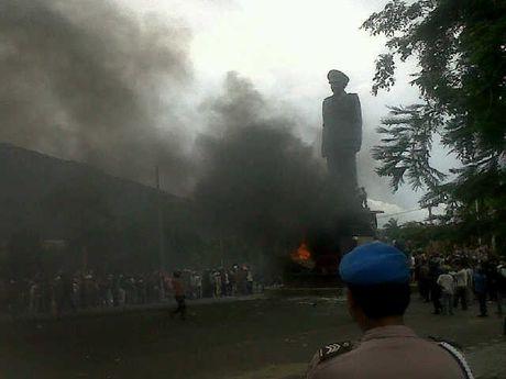 Aksi BAkar Ban Tolak Patung Zainal Abidin Pagaralam