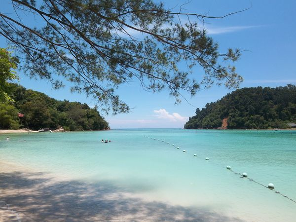 [imagetag] Pulau Gaya (Kiri) dan Pulau Sapi (Kanan) yang berhadap-hadapan(Sumber: panoramio.com)