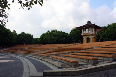 Teater terbuka di ISI Denpasar (setiajipamungkas.wordpress.com)