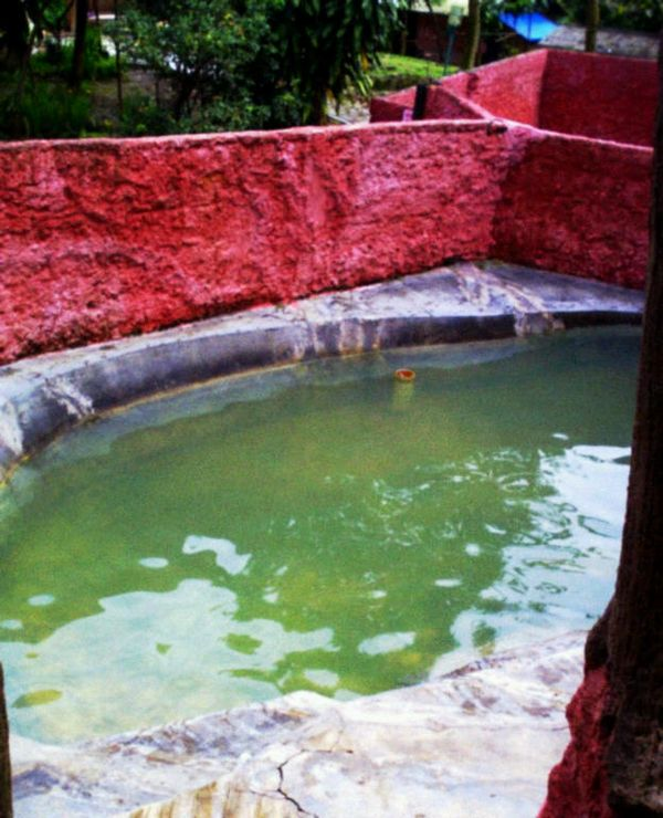 Pemandian air panas (ragamwisataindonesia.blogspot.com)