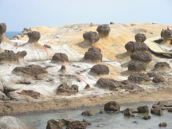 Susunan batu-batu yang indah ini menjadi penghuni Yeliu Geopark (Sumber: go4tour.com)