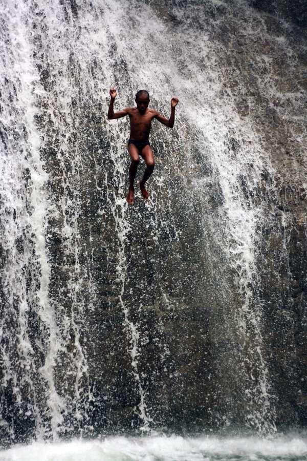Melompat dari air terjun