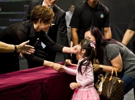 Kim Hyun Joong High Five dengan 3 Ribu Fans di Singapura