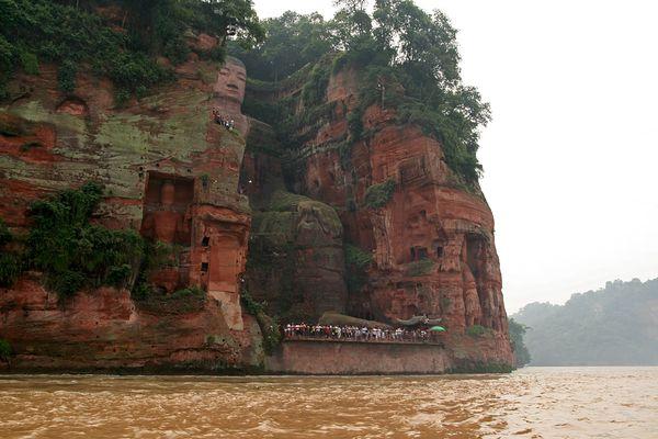 kabar--aneh.blogspot.com - Leshan Giant Buddha, Pahatan Kayu Buddha Terbesar Di Dunia