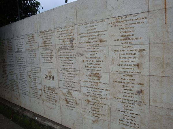 Tembok bertuliskan nama pahlawan yang dimakamkan di TMP