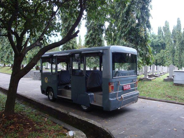 Bis yang digunakan untuk mengantarkan peziarah