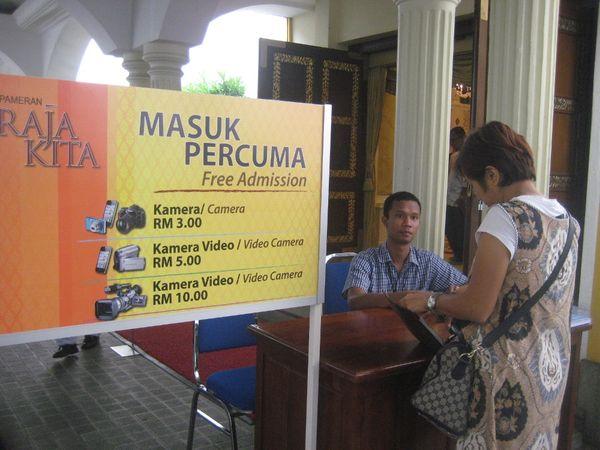 Untuk masuk Istana Negara lama, pengunjung tidak dipungut biaya. Namun bila ingin memotret atau merekam, pengunjung dikenai biaya